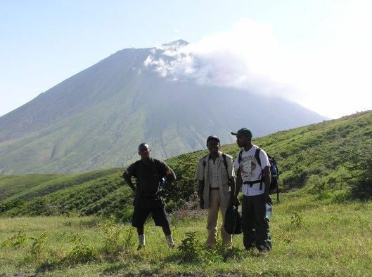 Kocken och våra guider framför Oldinay Lengai
