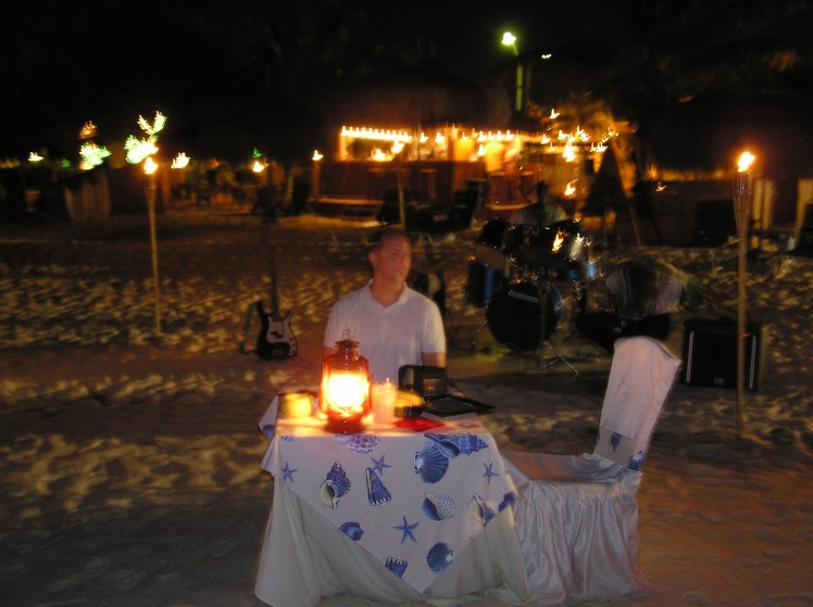 Middag vid stranden med live musik och vågorna som sköljde in över fötterna