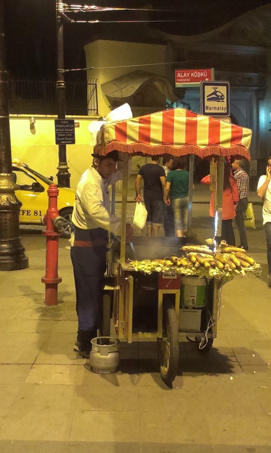 Du ser ofta gatustånd med rostade kastanjer eller grillad majs