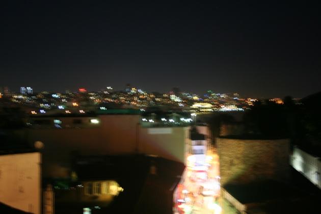 Utsikt från hotellets takterass och restaurang. En annan bra restaurang för övrigt