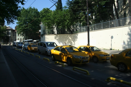 Åka taxi är billigt. De kör är gula och kör på taxameter