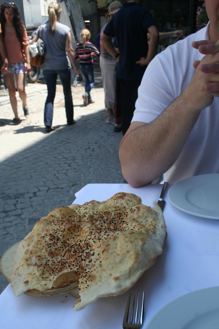 Poof-bröd som serveras på de flesta restauranger innan maten kommer in. Jättegott med hommus.