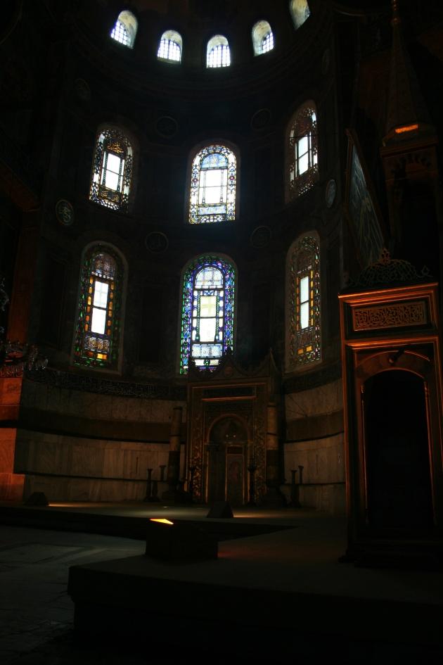 Till höger skymtas minbaren som är moskéns motsvarighet till predikstol och rakt fram mihrab som är en väggnisch som alltid vetter mot Mekka.