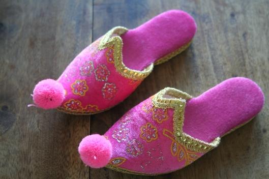 Mejas tofflor. Moa fick ett par lite mörkare rosa och bonusdotter Johanna ett par turkosa.