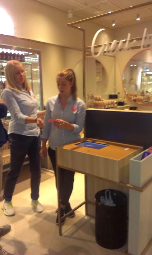Pauline från HTL med kollega visar hur incheckningen går till.