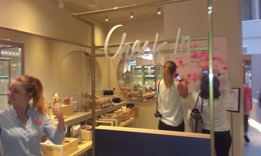 Incheckningen sköter du själv vid denna station. Busenkelt. Bakom skymtar en smart grej; en Stockholmskarta där hotellgästerna kunde skriva och visa sina bästa tips från sina besök.