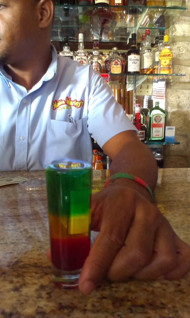 9 mile reggae shot med grenadine, bananlikör och mintlikör för att skapa rastafärgerna. Spetsad med vit rom och drickes brinnande med sugrör.
