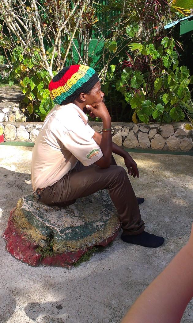 Benjamin sittandes på stenen som Bob Marleys sägs ha använt som huvudkudde fler gånger.