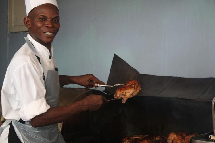 Jerk chicken-kocken som vi kallade galne kocken eftersom han tjoade, sjöng och spelade calypso på stekfaten