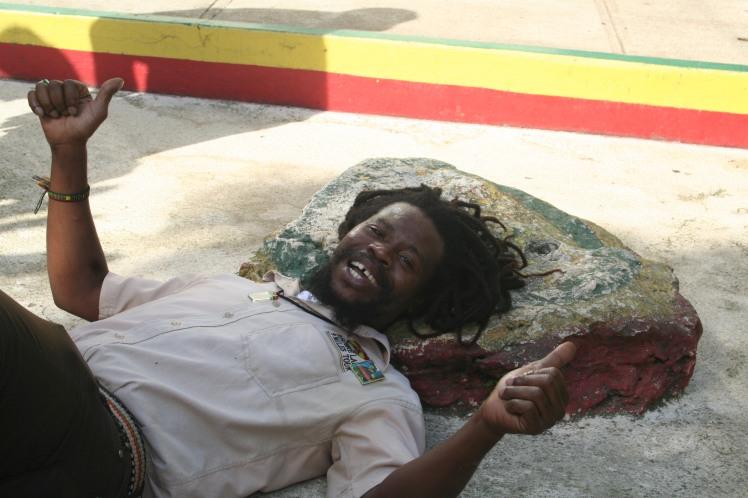 Benjamin på Bob Marleys tankesten. Nine Mile