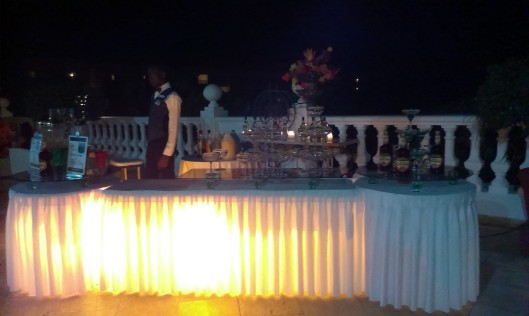 Loungens dryckesbord i kvällsbelysning