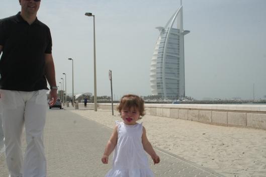 Pelle och lilla Moa framför Burj Al Arab