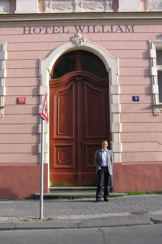 Gigantiska porten in till Hotel William