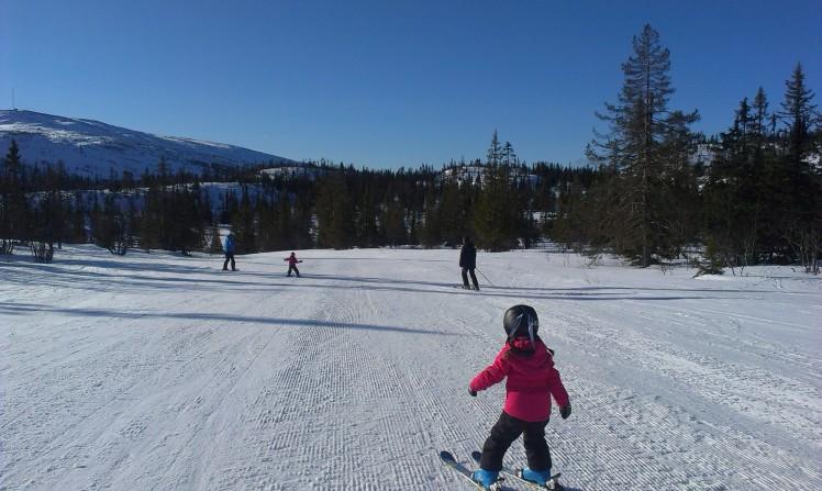 Moa åker slalomtävling