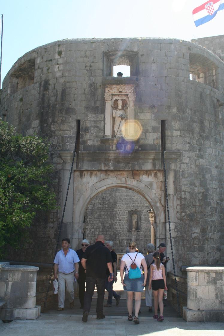 Pileporten är ingången till Stari Grad. Över porten finns en avbild av St Blasius, stadens skyddshelgon. Precis innanför porten till vänster finns entrén upp till muren.