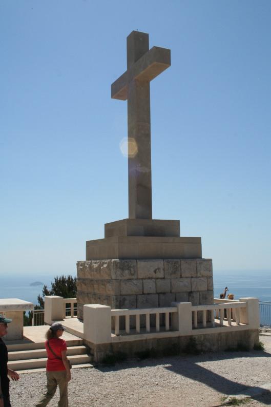 Stora korset på toppen syns väl från staden