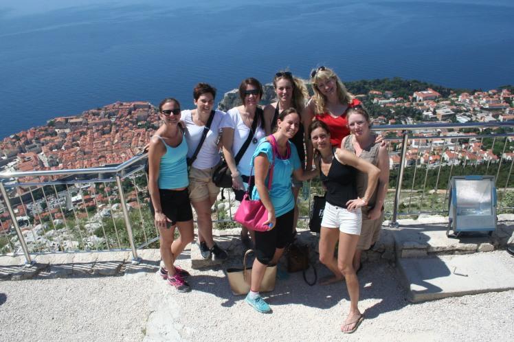 Hela damklubben samlad med Dubrovnik som bakgrund