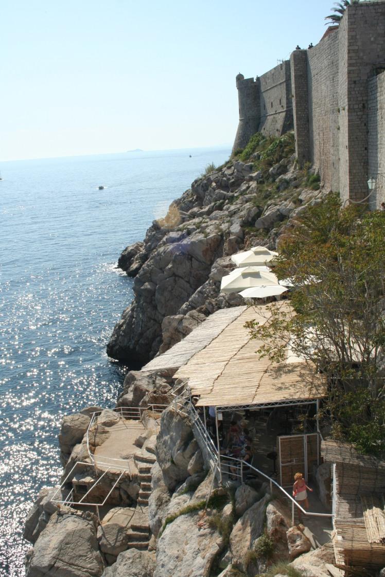 Utsikt över det som blev vår favoritbar, Buza, som ligger på klipporna utanför muren.